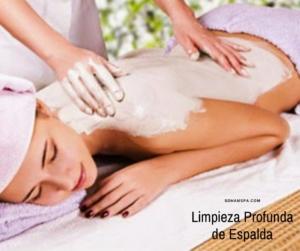 Una terapeuta aplicando una limpieza profunda de espalda
