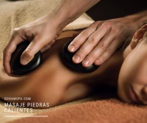 Una terapeuta dando un Masaje de Piedras Calientes