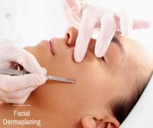 Una terapeuta aplicando un facial dermaplaning