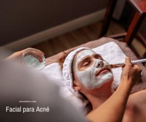 Una terapeuta aplicando un Facial para Acné